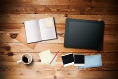 与咖啡杯和片剂个人计算机的工作区 免版税库存照片