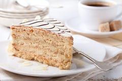 与咖啡杯和葡萄酒明信片的传统匈牙利人Esterhazy蛋糕 库存图片