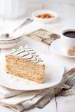 与咖啡杯和葡萄酒明信片的传统匈牙利人Esterhazy蛋糕 免版税库存照片