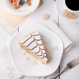 与咖啡杯和葡萄酒明信片的传统匈牙利人Esterhazy蛋糕 免版税库存图片