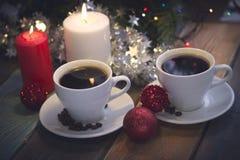 与咖啡杯和蜡烛的静物画 库存照片