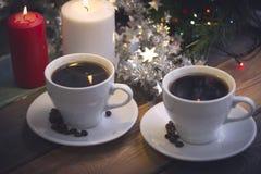 与咖啡杯和蜡烛的静物画 免版税库存图片