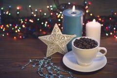 与咖啡杯和蜡烛的静物画 免版税库存照片