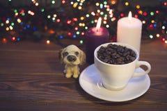 与咖啡杯和蜡烛的静物画 库存图片