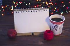 与咖啡杯和装饰品的静物画 库存照片