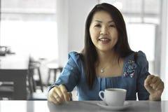 与咖啡杯的亚洲女性美丽的妇女画象 图库摄影