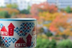 与咖啡杯的充满活力的秋叶背景 图库摄影