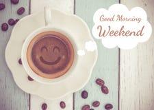 与咖啡杯的早晨好周末 免版税库存图片