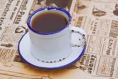 与咖啡杯的葡萄酒静物画在老报纸 免版税库存照片