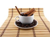 与咖啡杯,在竹背景的桂香的咖啡豆 库存图片