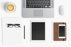 与咖啡杯,智能手机,纸,笔记本, t的现代工作区 免版税图库摄影