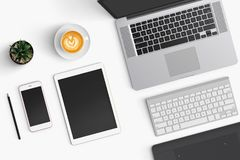 与咖啡杯,智能手机,纸,笔记本, t的现代工作区 免版税库存照片