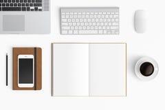 与咖啡杯,智能手机,纸,笔记本, t的现代工作区 库存图片