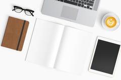 与咖啡杯,智能手机,纸,笔记本, t的现代工作区 免版税库存图片