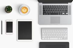 与咖啡杯,智能手机,纸,笔记本, t的现代工作区 库存照片