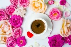 与咖啡的五颜六色的玫瑰 图库摄影