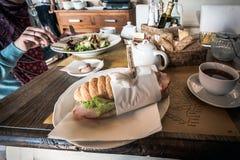 与咖啡的传统意大利三明治在早餐桌上的 库存照片