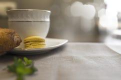 与咖啡的可口新月形面包 免版税库存照片