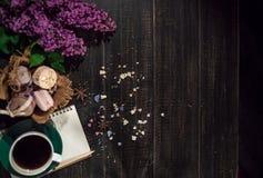 与咖啡的咖啡和奶油macarons 免版税库存图片
