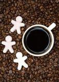 与咖啡的咖啡豆和糖以小人的形式 免版税库存照片