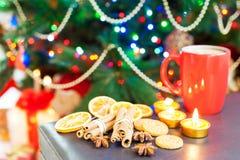 与咖啡的姜曲奇饼在被阐明的圣诞节backg的 免版税库存照片