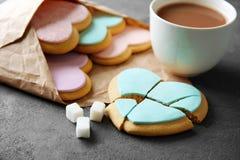 与咖啡的心形的曲奇饼和羊皮纸 库存图片