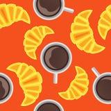 与咖啡的无缝的样式和新月形面包 库存图片