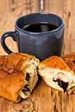 与咖啡的早晨早餐和新月形面包 免版税库存图片