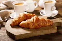 与咖啡的早餐和新月形面包 免版税库存照片