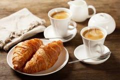 与咖啡的早餐和新月形面包 图库摄影