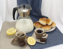 与咖啡的早餐构成和酥皮点心 库存图片