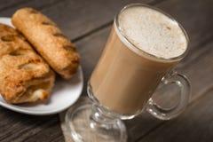 与咖啡的温暖的苹果饼在木桌上的 免版税库存图片