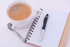 与咖啡的笔记薄 免版税库存照片