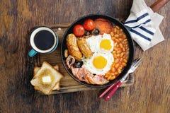 与咖啡的英式早餐在木桌上的 免版税库存照片