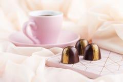 与咖啡的豪华糖果在粉红彩笔背景的 库存图片