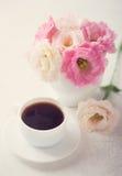 与咖啡的静物画和花 免版税库存图片