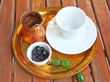 与咖啡罐、甜樱桃和念珠的传统希腊咖啡 免版税库存照片