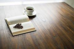 与咖啡豆心脏的书 免版税图库摄影