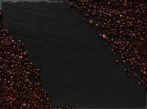 与咖啡豆舱内甲板位置的模板 黑暗的texturiset背景 免版税库存图片