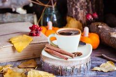 与咖啡饮料的秋天静物画 无奶咖啡杯子 免版税图库摄影