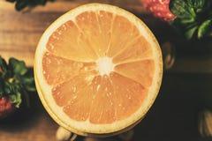 与咸坚果的葡萄柚 免版税图库摄影
