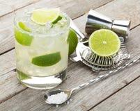 与咸外缘的经典玛格丽塔酒鸡尾酒在木桌上 免版税库存图片