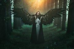 与哀伤的表示的下落的天使 免版税库存图片