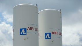 与品牌空气Liquide的特写镜头白色塔反对蓝天 影视素材