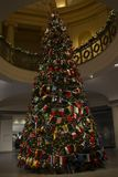 与品种国旗的Christas树,祝愿世界团结的和和平 库存照片