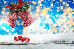 与响铃和球的圣诞节背景 库存照片