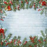 与响铃的圣诞节在木背景的装饰和霍莉 库存照片