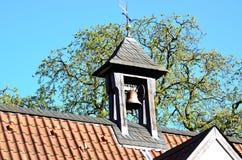 与响铃的钟楼 免版税库存图片