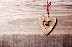 与响铃装饰的木心脏在葡萄酒橡木背景,温泉 库存照片