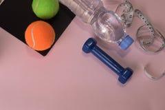 与哑铃和水瓶的健身概念 锻炼启发 库存图片